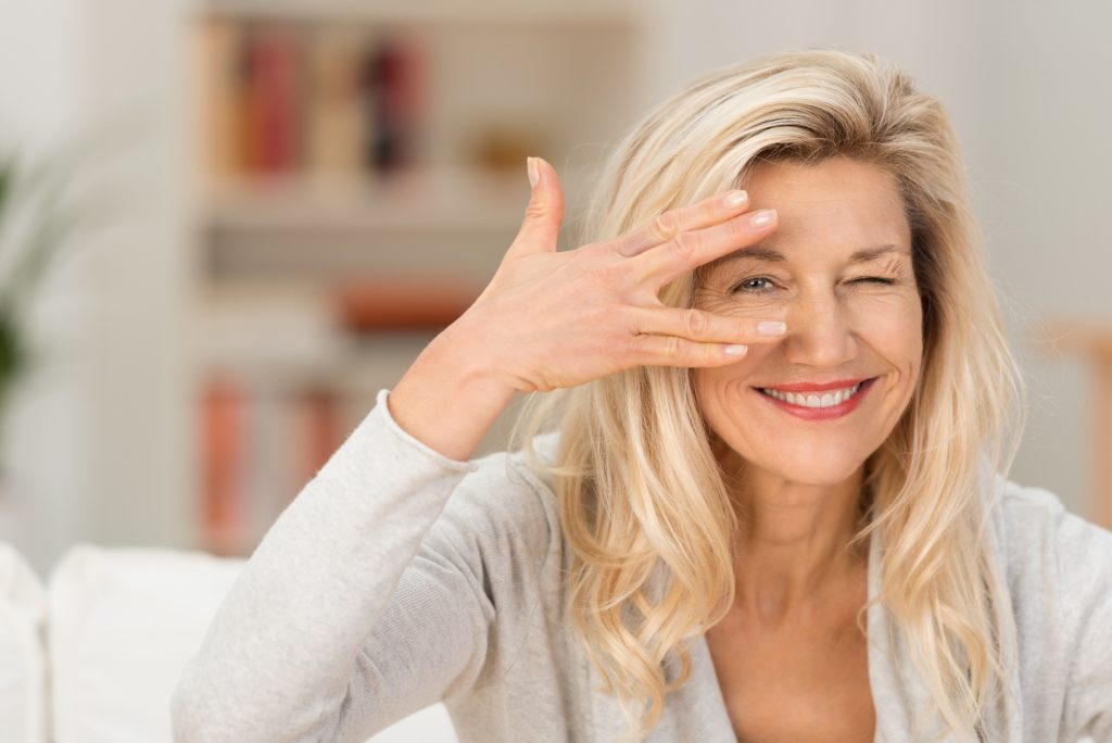 Cienka skóra pod oczami i zmarszczki w wieku 25 lat: co robić? Porada kosmetyczki
