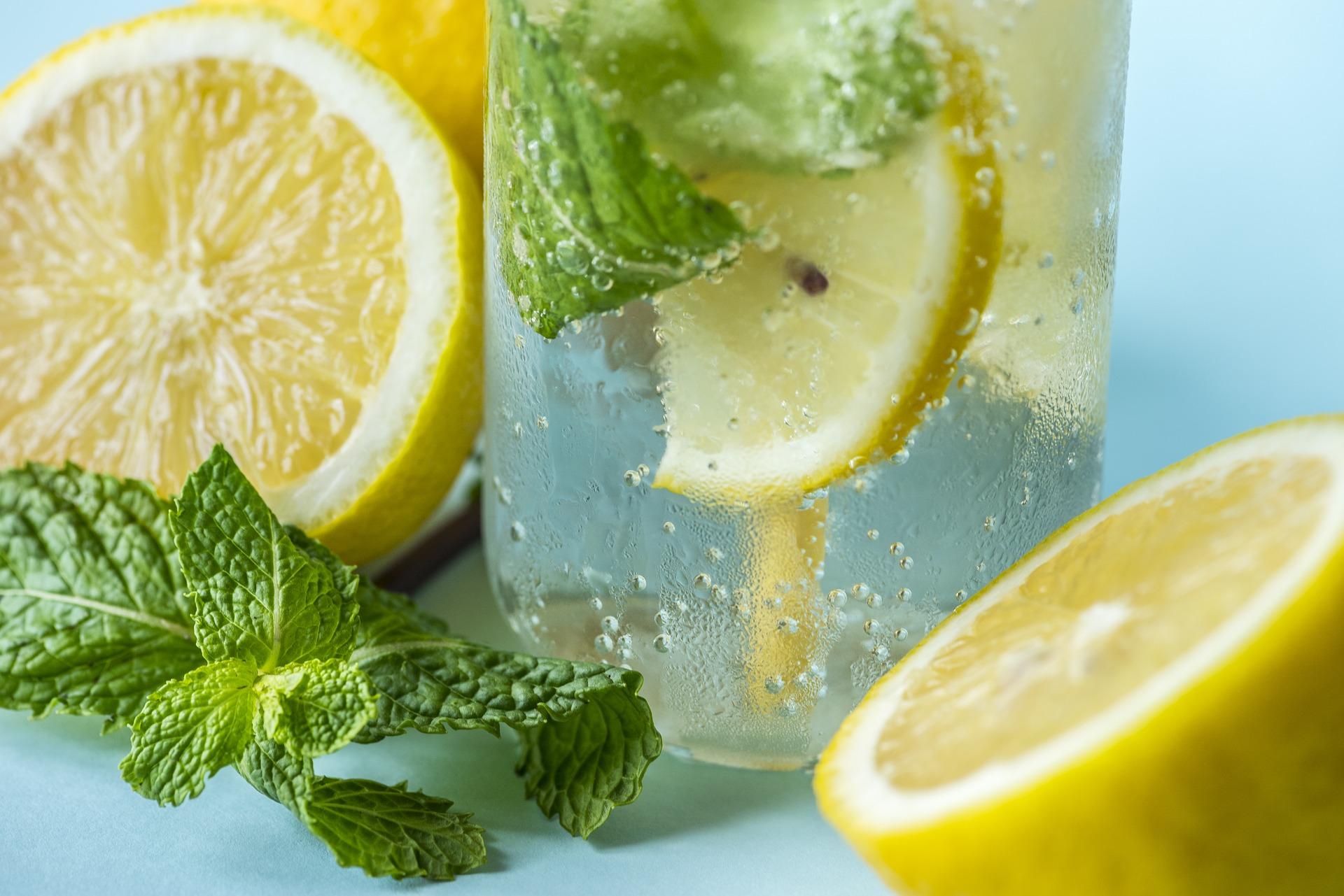 Woda cytrynowa na pusty żołądek: czy jest dobra?